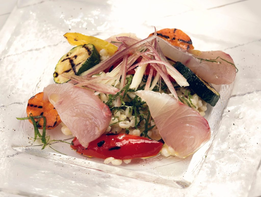 夏野菜と大麦のサラダ仕立て大葉風味、旬のお魚のチラシ風